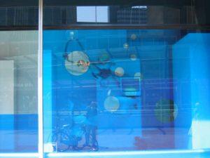 Transparante kleurenfolie in etalage laten aanbrengen