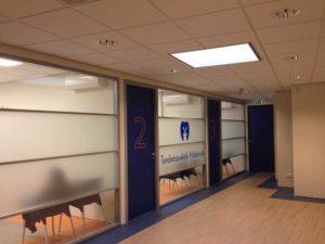 Meer privacy met melkglasfolie in een spreekkamer.